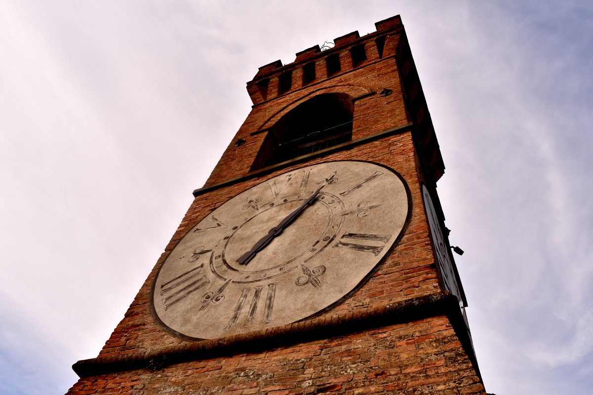 """Dettaglio Orologio di Brisighella con sistema orario """"alla romana"""" con quadrante di 6 ore."""