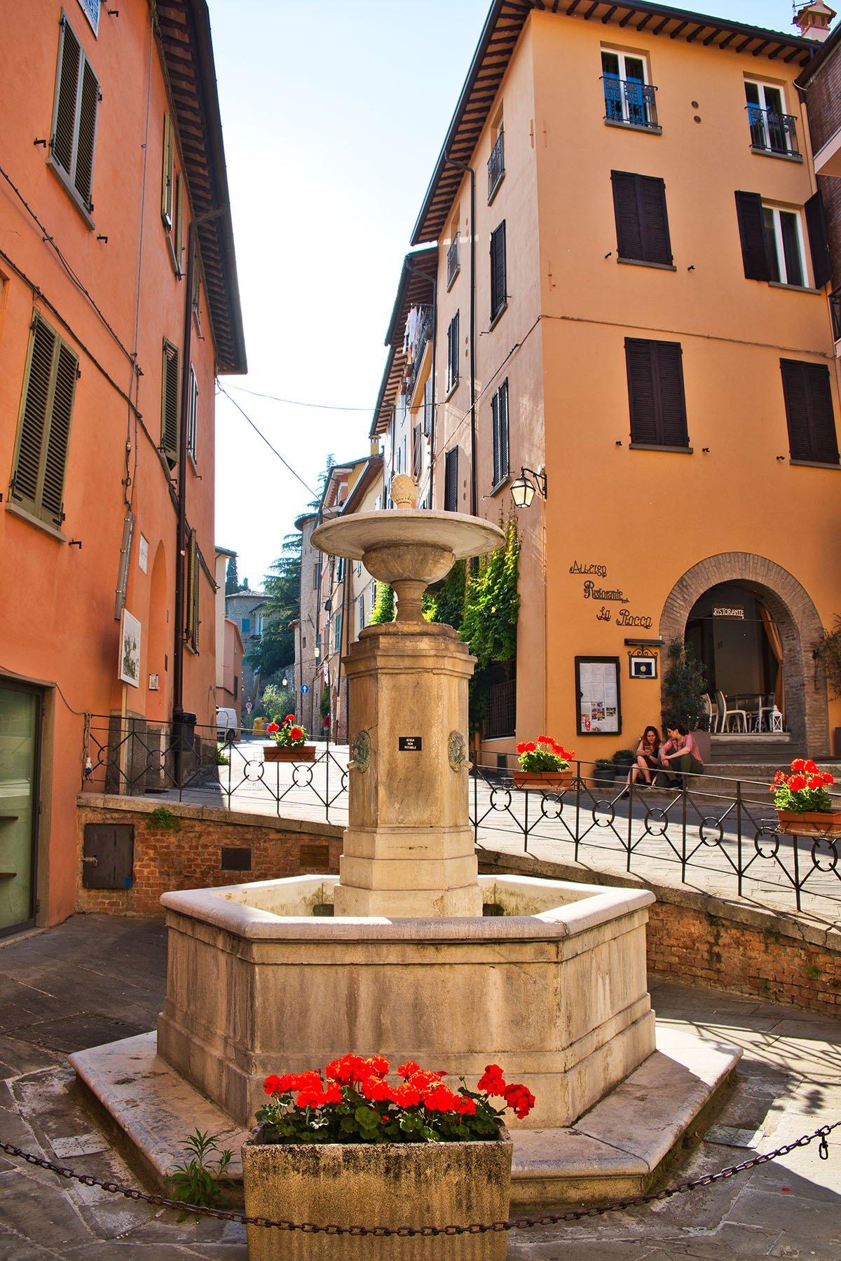 La caratteristica fontana di Brisighella con tre sbuffi