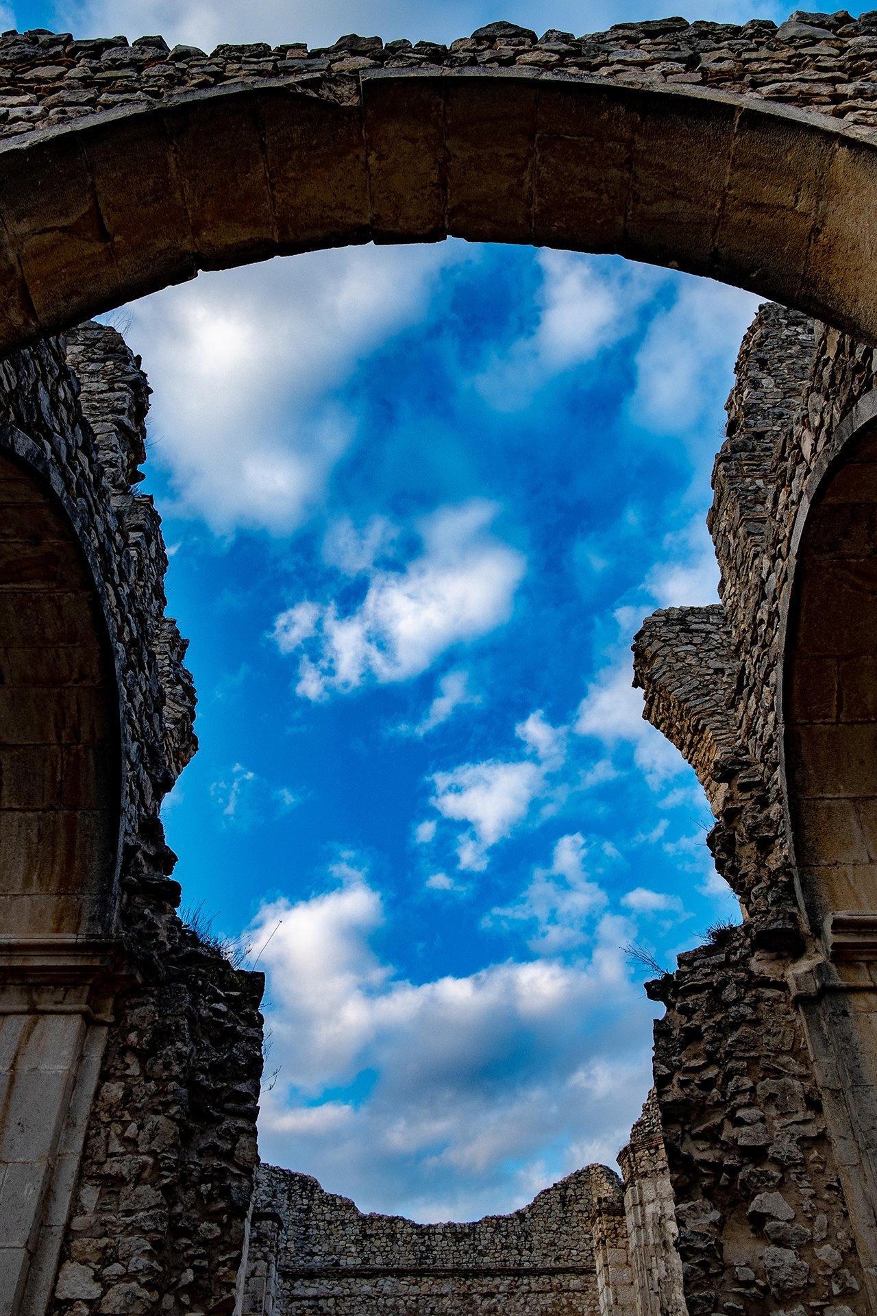 Il tetto crollato della Chiesa del Vaccaro